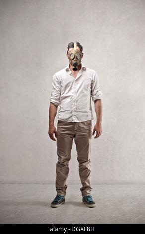 Mec debout avec un masque à gaz - Image
