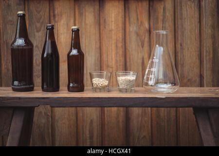 Bouteilles de bière maison et ingrédients avec une fiole conique - Image