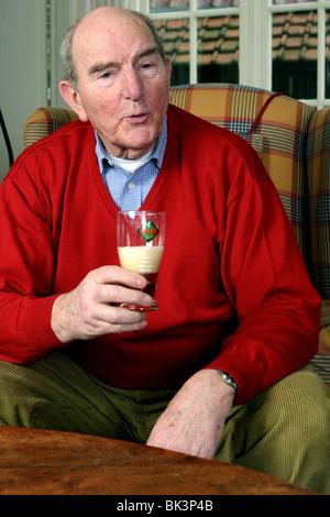Heureux vieillard boire de la bière à la maison - Image