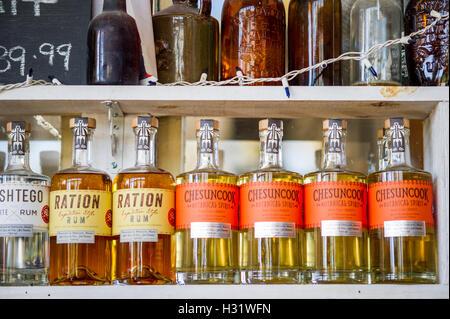 Bouteilles de liqueur faite maison dans une distillerie à Portland, dans le Maine. - Image de l'éditeur