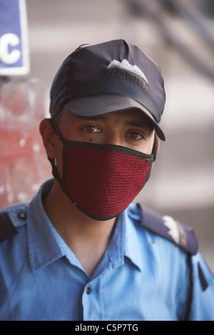 Garde de sécurité avec masque pour éviter la pollution, Katmandou (Népal), Asie - Image