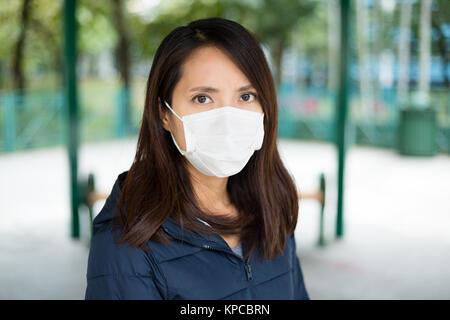 Femme asiatique portant un masque facial - Image