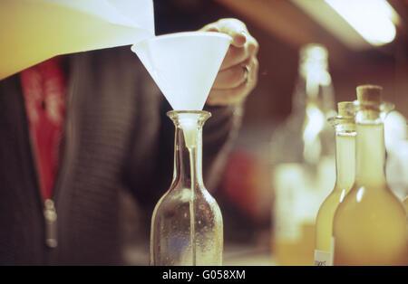 Mise en bouteille de schnaps maison - Image