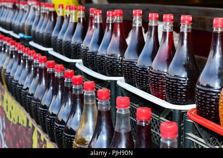 Des rangées de belles bouteilles avec du vin artisanal fait maison. Marché de l'épicerie. - Image de l'éditeur