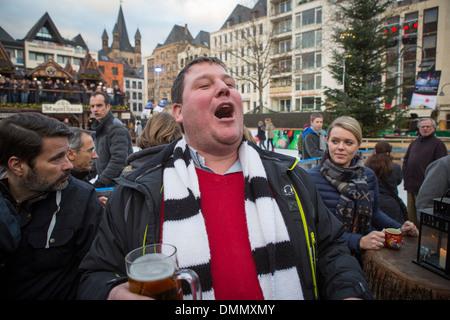Burly jeune visiteur belge du marché de Noël à cologne, boire de la bière et chanter (altstadt ou vieux quartier de la ville) - Image