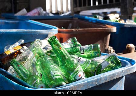 bac de recyclage plein de bouteilles de bière vides à l'extérieur d'un pub ou un bar au Royaume-Uni - Image