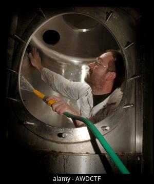 Un cuivre en cours de lavage: le navire dans lequel le houblon et la purée ont été combinés dans le processus de brassage traditionnel. - Image de l'éditeur