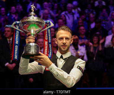Crucible Theatre, Sheffield, UK. 6th May, 2019. Betfred World Snooker Championship Final, John Higgins versus Judd Trump; Judd Trump (ENG) lifts the World Championship trophy after beating John Higgins (SCO) by 18 frames to 9 Credit: Action Plus Sports/Alamy Live News - Stock Image