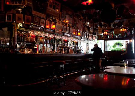 Un buveur solitaire à l'intérieur de la Cross Keys Public House à Covent Garden - Image