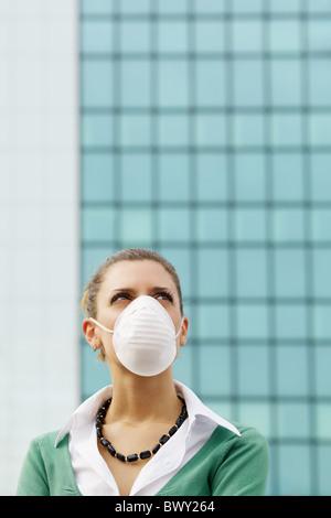 femme debout contre l'immeuble de bureaux et portant un masque de protection. Espace copie - Image