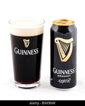 Peut et pinte de verre de projet Guinness, Royaume-Uni - Image