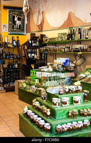 Santorin, Fira. Intérieur, magasin touristique de vin et de nourriture. Affichage de premier plan des conservateurs faits maison, confitures, etc., derrière - Image