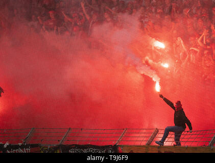 Bochum, Germany. 19th May, 2019. Soccer: 2nd Bundesliga, VfL Bochum - 1st FC Union Berlin, 34th matchday in the Vonovia Ruhrstadion: Berlin fans burn down pyrotechnics. Credit: Bernd Thissen/dpa - IMPORTANT NOTE: In accordance with the requirements of the DFL Deutsche Fußball Liga or the DFB Deutscher Fußball-Bund, it is prohibited to use or have used photographs taken in the stadium and/or the match in the form of sequence images and/or video-like photo sequences./dpa/Alamy Live News - Stock Image