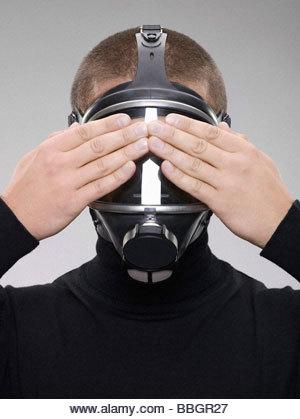 Homme portant un masque à gaz - Image