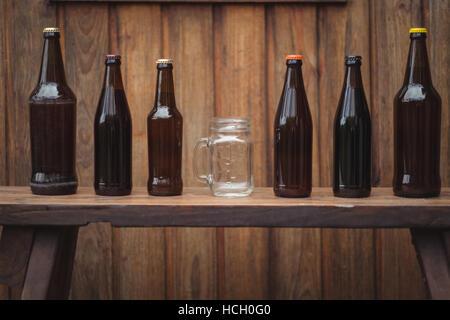 Bouteilles de bière maison et chope de bière - Image