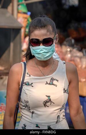 Femme portant un masque anti pollution. Thaïlande, Asie du Sud-Est - Image