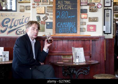 Intérieur de pub avec un client pensif, les armuriers de vanneur, route de gloucester, brighton, sussex est, Angleterre - Image