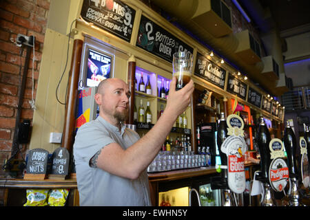 Barman tirant une pinte de bière au château à Coventry, Royaume-Uni - Image