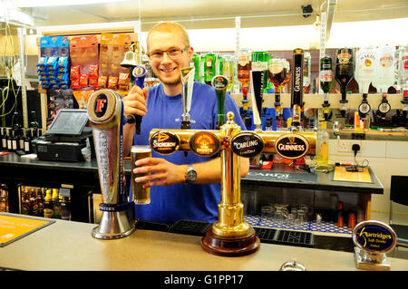 Barman servant de la bière au bar, wr sports club, woodthorpe road, ashford, surrey, angleterre, Royaume-Uni - Image