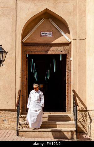 An Omani Man Leaving The Souk, Nizwa, Ad Dakhiliyah Region, Oman - Stock Image