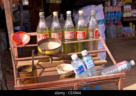 Maison 'hooch' dans des bouteilles de boisson gazeuse, à vendre sur un étal de rue sur la rue principale du village de - Image
