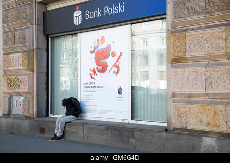 Sans-abri dormant dans la rue, Varsovie, Pologne - Image