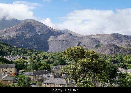 Industrial landscape with Penrhyn slate quarry and spoil heaps above houses in town of Bethesda, Gwynedd, North - Stock Image