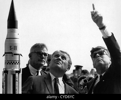 President John F. Kennedy, right, gets an explanation of the Saturn V launch system from Dr. Wernher von Braun at - Stock Image