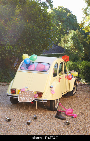 Newlywed's car decorated with balloons - Stock Image