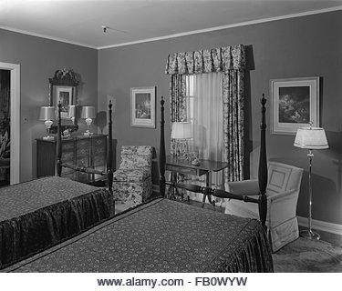Bedroom furniture at Marshall Field and Company, 1943 Feb. 25. Upholstered chairs, dresser, four-poster twin beds, - Stock Image