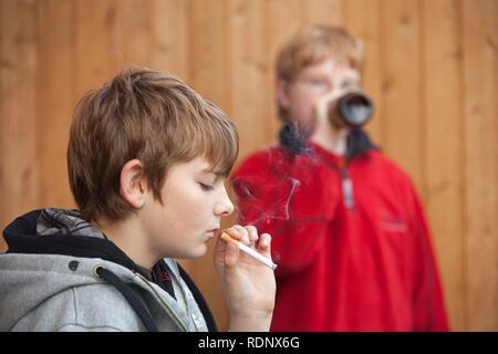Garçons mineures fumer et boire de la bière, scène posée - Image