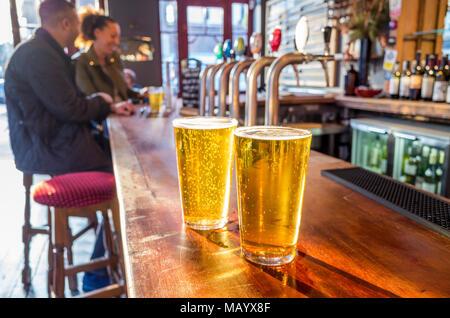 Gros plan de deux pintes de bière sur le bar d'un pub, Royaume-Uni, Londres - Image