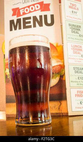 Pinte de bière avec un menu de nourriture dans un pub traditionnel en Angleterre, Royaume-Uni - Image