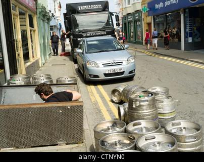 Livraison de fûts sous pression de bière et de lager dans un pub, Aberystwyth Wales Uk - Image