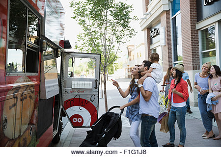 Customers outside food truck on sidewalk - Stock Image