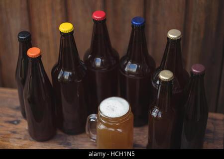 Bouteilles de bière maison et une chope de bière - Image