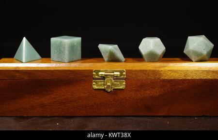 Présentoir en bois avec des formes cristallines géométriques, représentant les éléments grecs, Solides platoniques. Macro Photo, Devon - Image