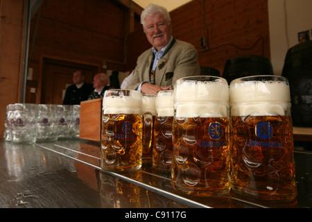 Barmen dans le Lowenbrau Festhalle au festival de la bière Oktoberfest à Munich, en Allemagne. - Image de l'éditeur
