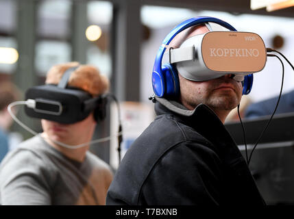 Berlin, Germany. 06th May, 2019. Participants see 're:publica' through VR glasses at the Internet conference. The conference of the net scene will take place from 06.05-08.05.2019. Credit: Britta Pedersen/dpa-Zentralbild/dpa/Alamy Live News - Stock Image