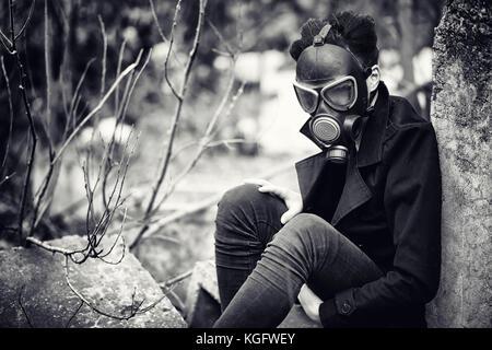Le gars dans le manteau et masque à gaz. Portrait post-apocalyptique d'un - Image