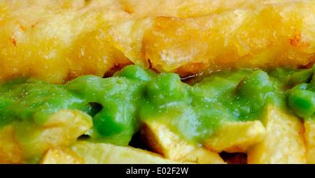 Pois et chips de poisson britannique traditionnel en sandwich se bouchent - Image