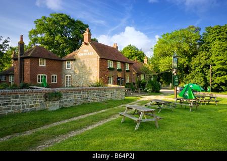 Country pub anglais sur le village vert à Lurgashall, West Sussex, Angleterre, Royaume-Uni - Image