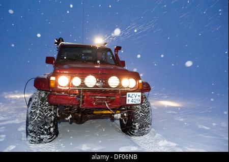 Super Jeep in a snow storm, winter landscape, Vatnajoekull Glacier, Icelandic Highlands, Iceland, Europe - Stock Image