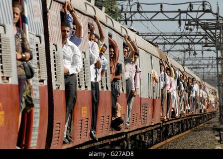 INDIA Mumbai , commuter in city train of western railways / INDIEN Bombay , S-Bahn Zuege befoerdern taeglich Millionen - Stock Image