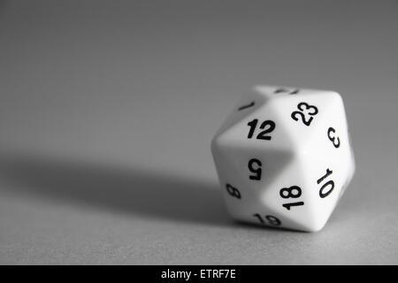 Un hexaèdre de tetrakis blanc mourant sur fond gris - Image