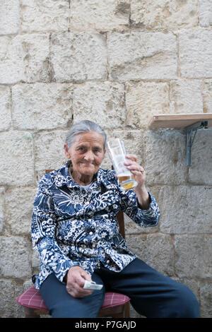 Vieille dame buvant de la bière, split, Croatie - Image