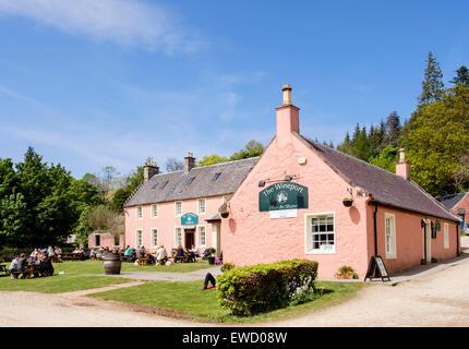 Personnes en train de dîner à l'extérieur du bar et bistrot Wineport près de Brodick, île d'Arran, North Ayrshire, Écosse - Image