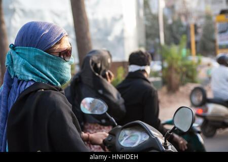 Circulation, motos, scooters, pollution, passager, passagers, porter, visage, masques, couverts, émanations, pollution, Ahmedabad, Gujurat, Inde, Asie, asiatique - Image