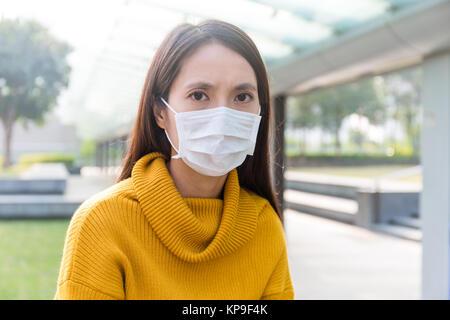Femme asiatique portant un masque pour se protéger de la pollution de l'air - Image