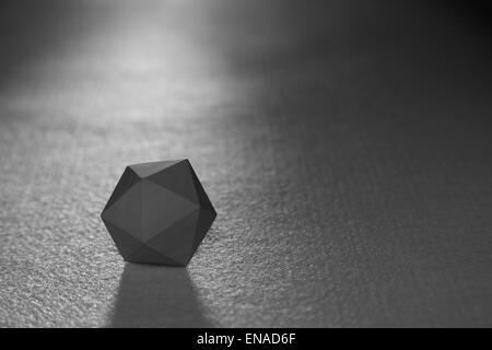Un icosaèdre ordinaire - une figure solide argentée - l'un des solides platoniques - Image